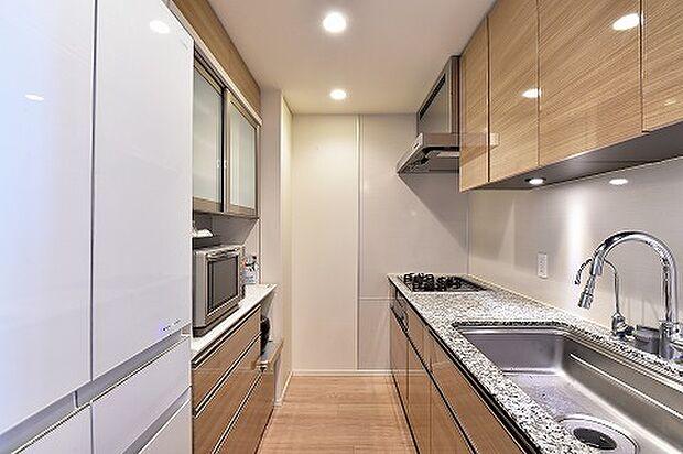 食器棚がありキッリン廻りもスッキリ収納できそうです。