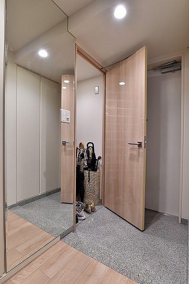 大きな鏡とシューズインクローゼット付き。高級感のある玄関です。