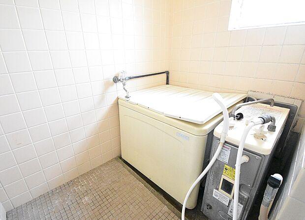 小窓付きの明るい浴室です