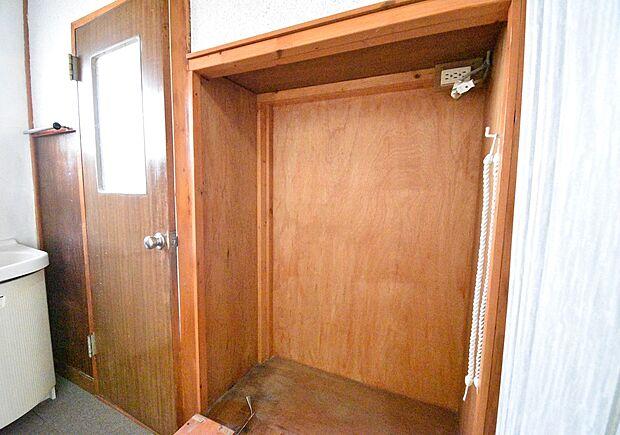 洗面所の収納です。フリースペースなので使い勝手のよい棚を置いたり、自由にアレンジできそうですね♪