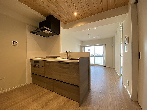 リビングダイニングを見渡せるオープンタイプの対面キッチン。ご家族を見守ることができる機能的な空間。