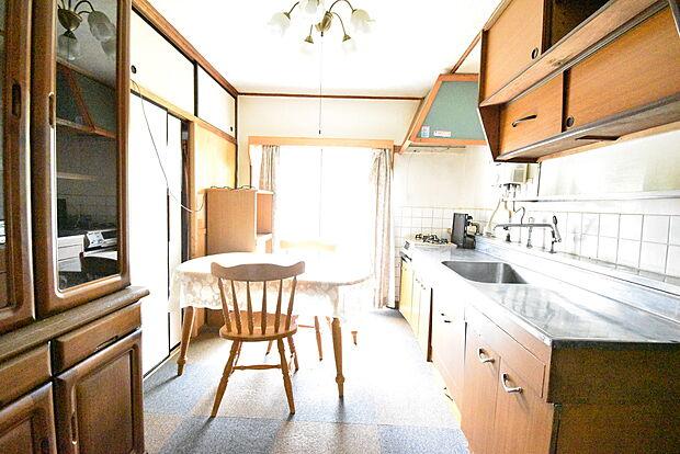 造り付けの収納があり、昭和レトロな雰囲気が可愛いキッチン