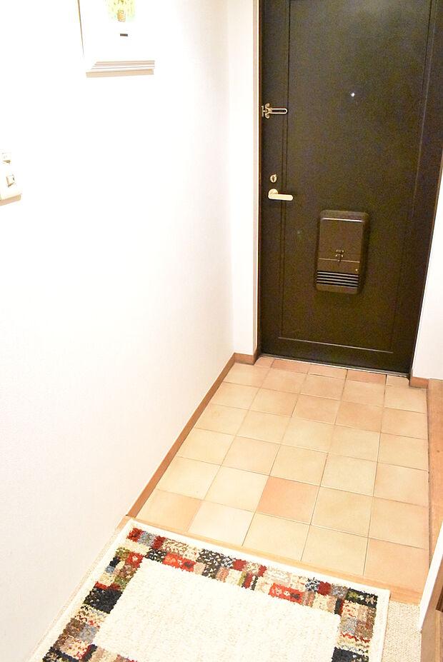 床のタイルが明るい色で華やかな雰囲気でお客様をお迎えできますね。玄関が華やかだとお家に帰ったときに気分も上がりますね♪