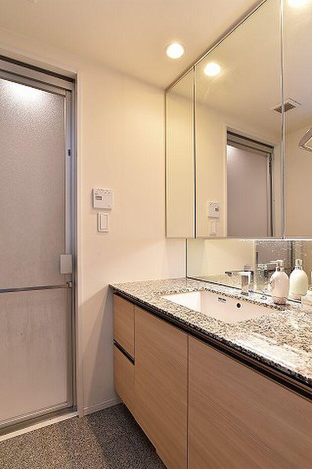 大きな鏡が特徴的な独立洗面化粧台。あらゆる角度から身なりを整えられます。