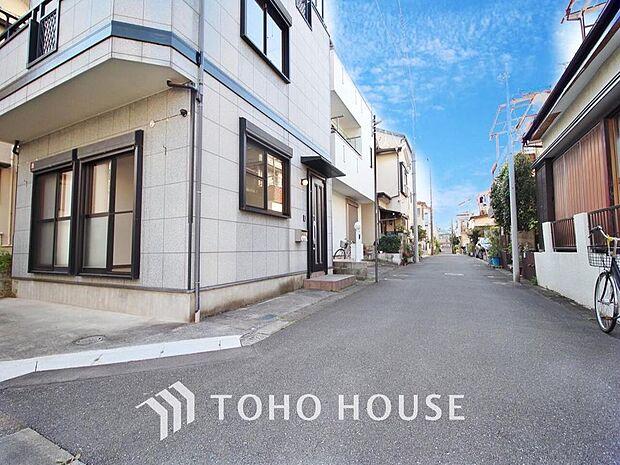 角地の開放的な立地 利便性に優れた環境に佇む邸宅