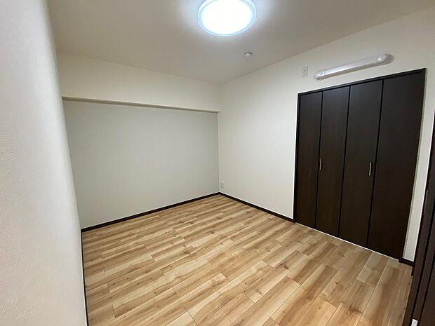 リビング横の洋室。リビングと一続きのため普段はお子様の遊ぶスペースやお勉強スペースとしても活躍♪