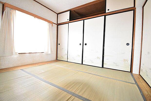 壁一面の、たっぷりとした収納スペースがある和室(6畳)