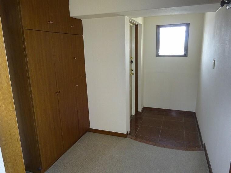 玄関には窓があり明るい空間です。